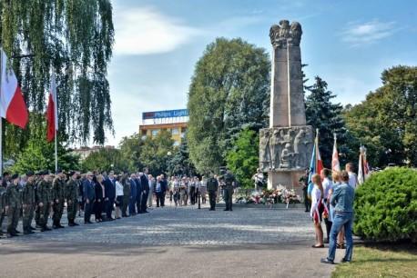 Święto Wojska Polskiego w Pile. Delegacje złożyły kwiaty pod pomnikiem