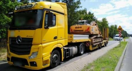 Ciężarówka z koparką przeładowana o 10 ton