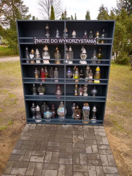 Regały na pilskim cmentarzu