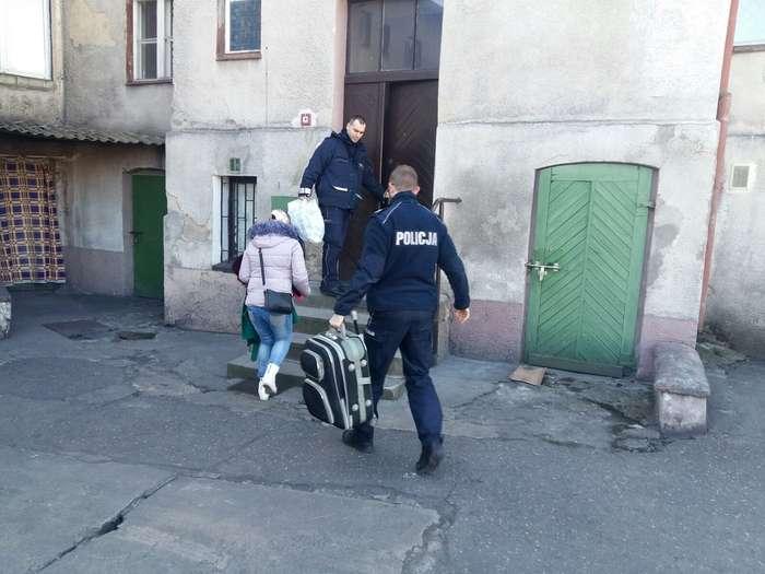 policjanci_pomagaja03