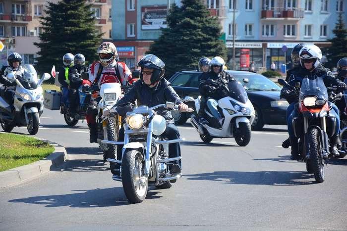 motocyklisci_wyprowadzili_maszyny00