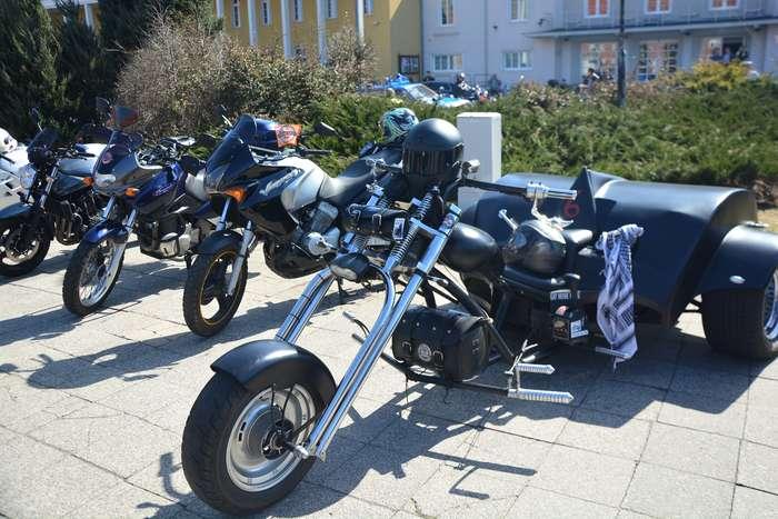 motocyklisci_wyprowadzili_maszyny17