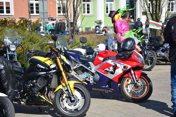 motocyklisci_wyprowadzili_maszyny21