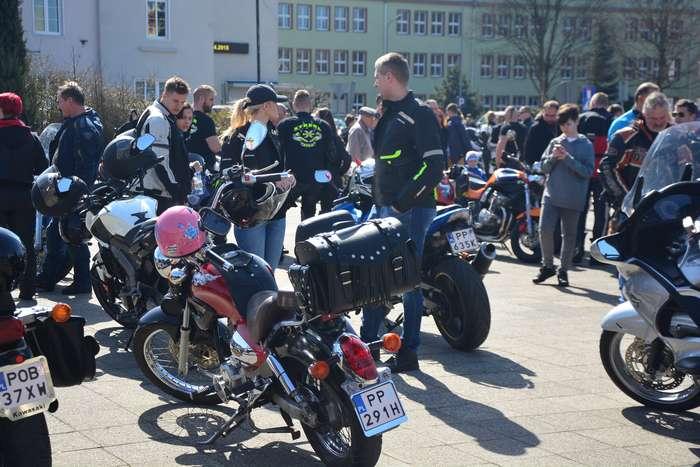 motocyklisci_wyprowadzili_maszyny22