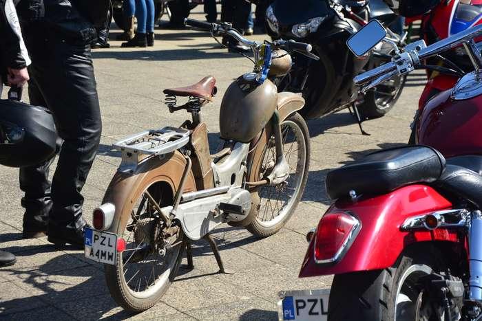 motocyklisci_wyprowadzili_maszyny23