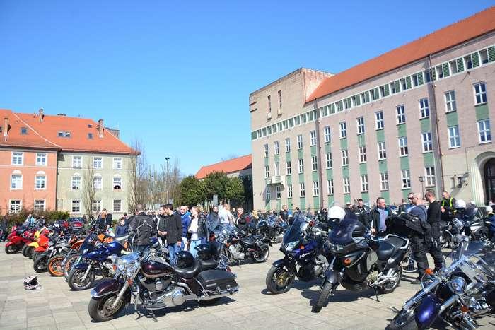 motocyklisci_wyprowadzili_maszyny25