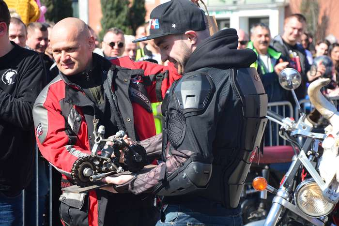 motocyklisci_wyprowadzili_maszyny35