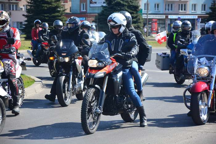 motocyklisci_wyprowadzili_maszyny48