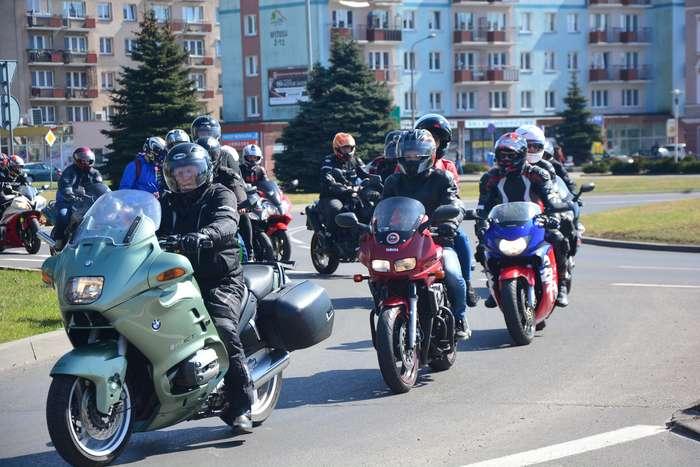 motocyklisci_wyprowadzili_maszyny50