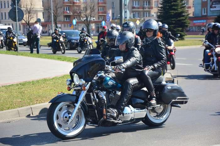 motocyklisci_wyprowadzili_maszyny55