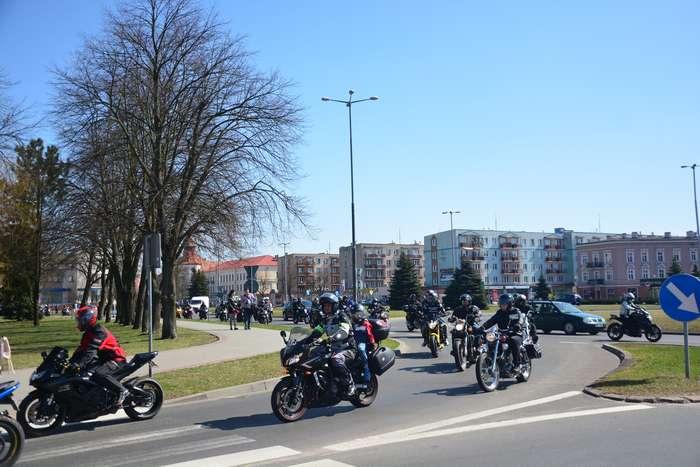 motocyklisci_wyprowadzili_maszyny56