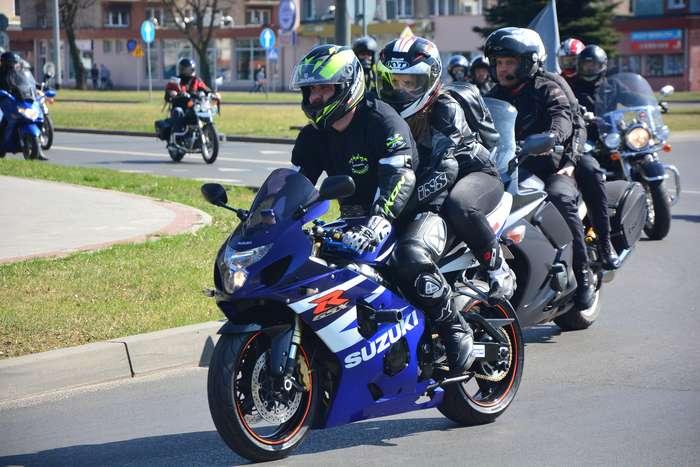 motocyklisci_wyprowadzili_maszyny58