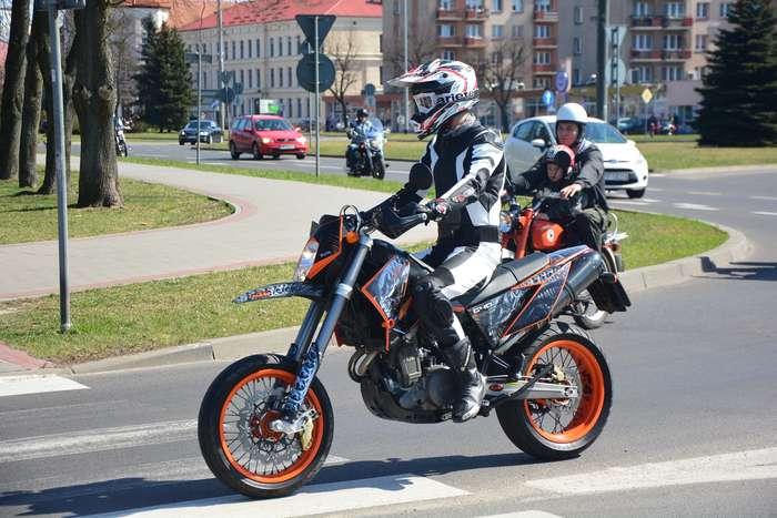 motocyklisci_wyprowadzili_maszyny61