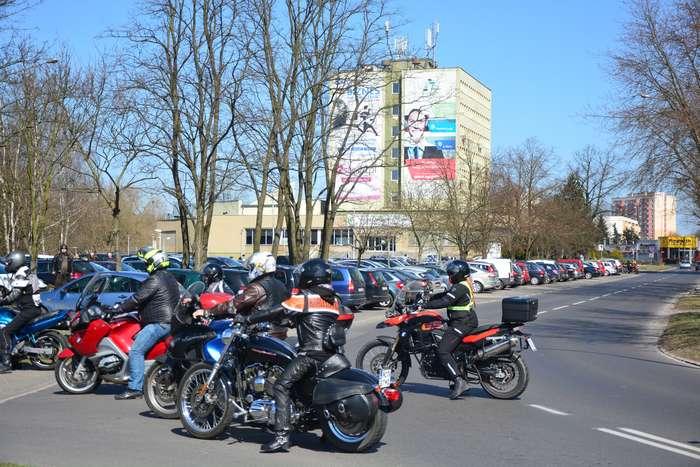 motocyklisci_wyprowadzili_maszyny64