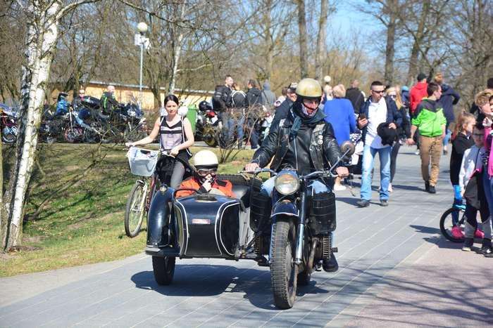 motocyklisci_wyprowadzili_maszyny65