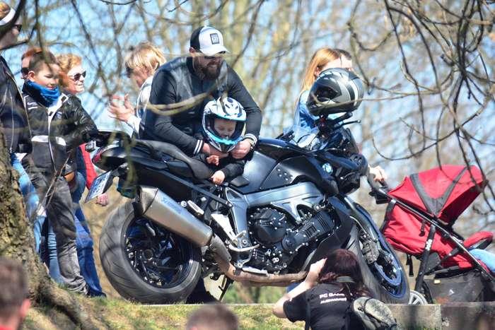 motocyklisci_wyprowadzili_maszyny75