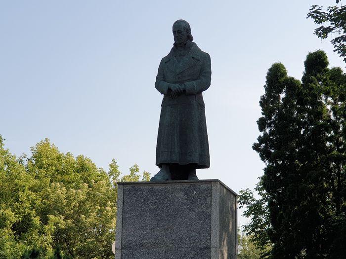 przy pomniku_09